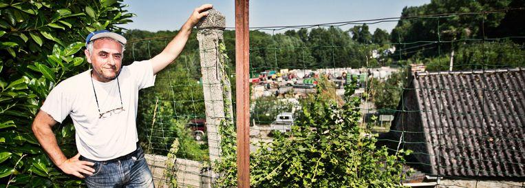 Lilo Calogero had achter zijn huis tot voor kort een weids uitzicht. Nu kijkt hij op het werfmagazijn van Pairi Daiza. Beeld Jonas Lampens