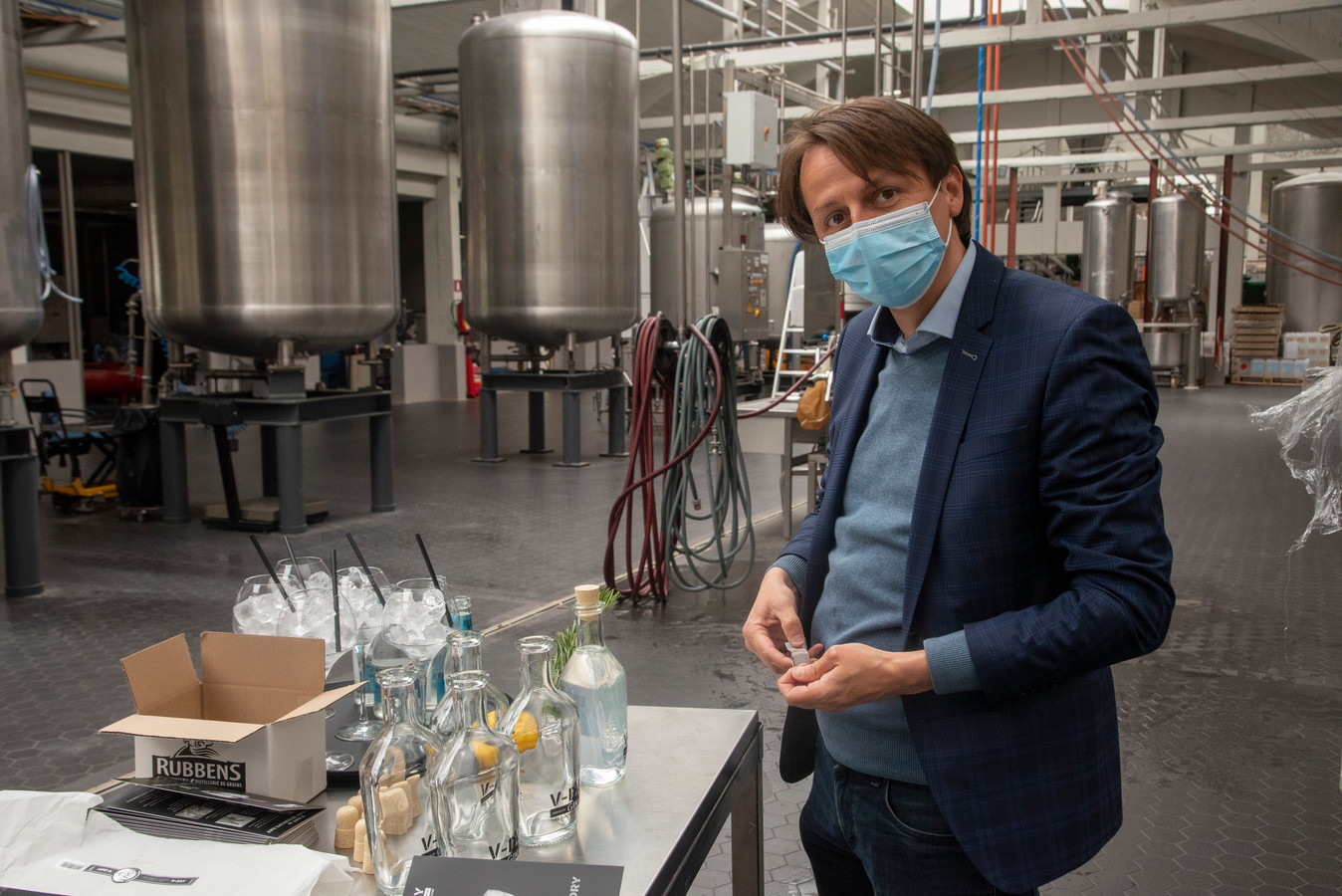 Kenneth Taylor met de eerste flessen V-Day Gin.