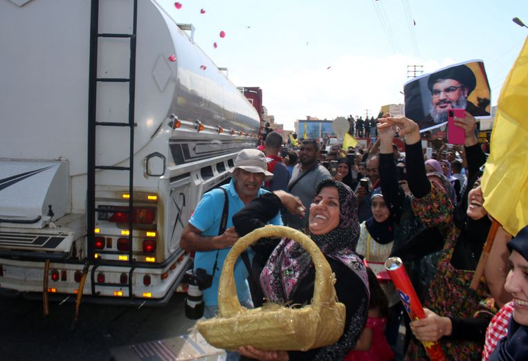 Tientallen tankwagens met brandstof staken donderdagochtend de grens met Libanon over. Beeld AFP