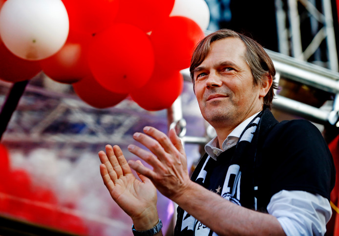 Phillip Cocu  op het podium tijdens de huldiging van de kampioen PSV.