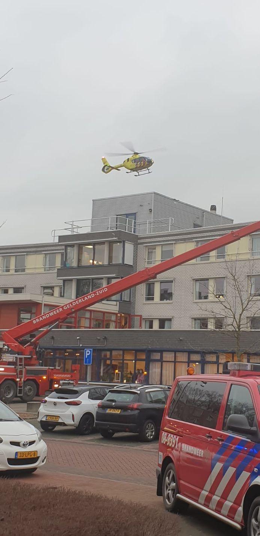 De traumahelikopter landt bij woonzorgcentrum De Wielewaal in Zaltbommel.