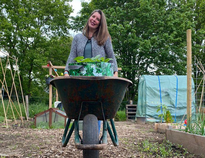 Een moestuin hoeft niet veel tijd te kosten, zegt Marije (43): 'Begin met de makkelijke groenten zoals sla, radijsjes, wortelen, tomaat en courgettes.'