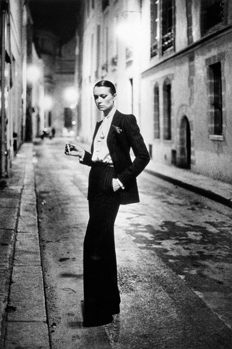 Le Smoking in een donker Parijs steegje: een iconisch beeld van Helmut Newton.  Beeld rv
