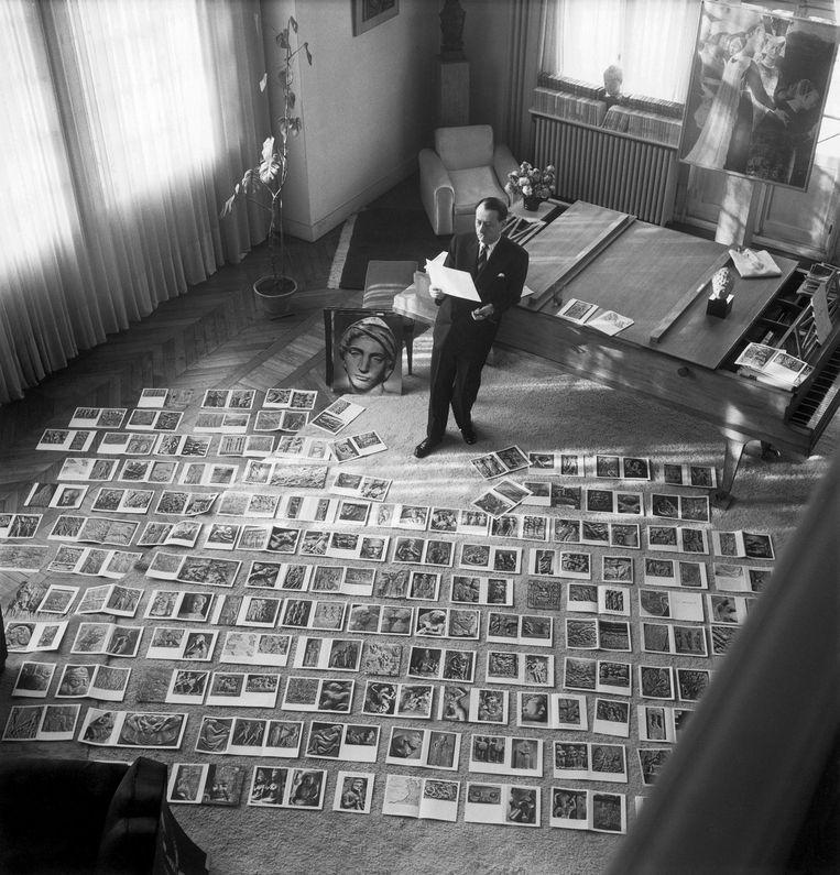 André Malraux in zijn woonkamer, leunend op zijn dubbele piano (1952). Beeld Hollandse Hoogte/Maurice Jarnoux