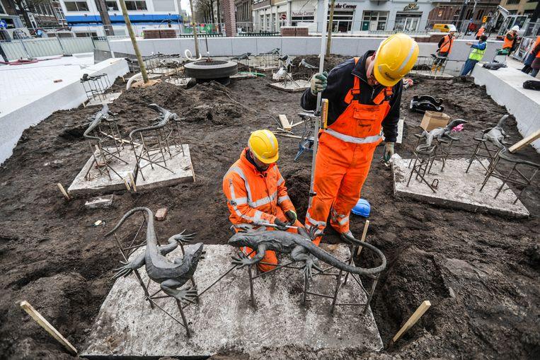 De leguanen en varanen van kunstenaar jan van Houwelingen worden weer op de Leidseplein geplaatst. Beeld Eva Plevier