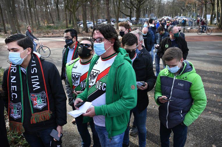In de rij voor het stadion. Beeld Marcel van den Bergh / de Volkskrant