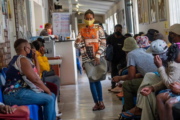 Vrijwilligers wachten op hun beurt bij een teststation in Johannesburg, waar ze worden ingeënt met het experimentele vaccin van AstraZeneca. Beeld AP
