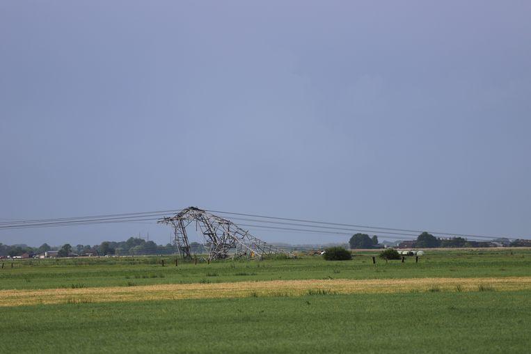 In Oosterwolde zijn vier elektriciteitsmasten omgewaaid. Beeld Kees Verwijs