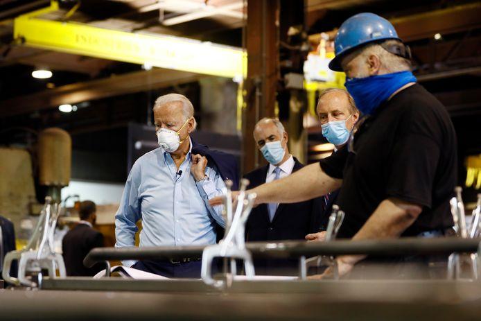 De Democratische presidentskandidaat Joe Biden (links) tijdens zijn bezoek aan een metaalfabriek in Dunmore.
