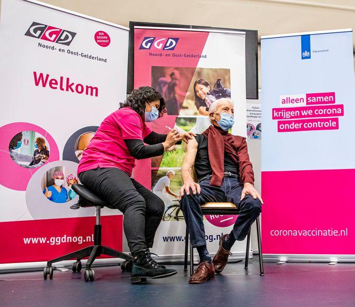 Foto ter illustratie. GGD Noord- en Oost Gelderland beleefde in Apeldoorn de landelijke aftrap met het vaccineren van 90-jarigen die thuiswonen.