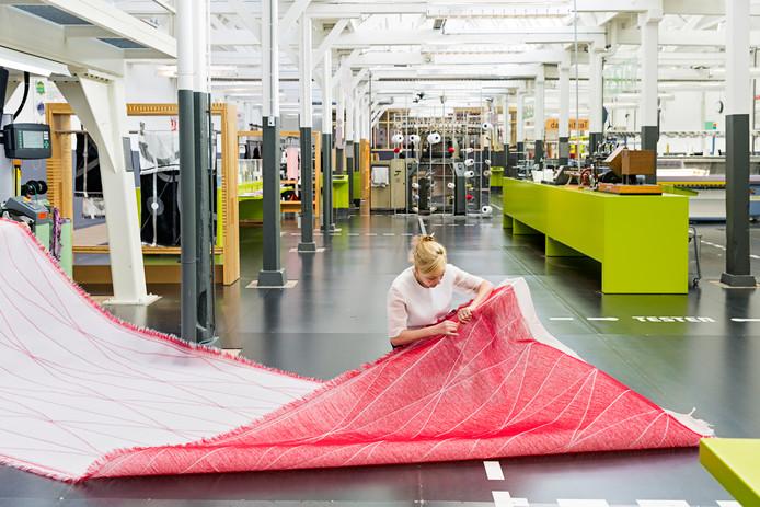 Kunstenares Samira Boon kon met steun van het TextielLab in Japan stoffen ontwikkelen die superlicht zijn en die zichzelf vouwen.
