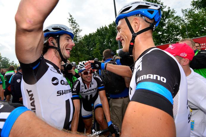 Roy Curvers (links) en Marcel Kittel vieren een nieuwe overwinning in de Tour van 2014. Beide renners reden dit jaar hun laatste koers.