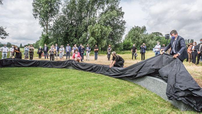 Het Onument op Hoog Kortrijk werd zondagmiddag officieel ingehuldigd. We herkennen onder meer minister Bart Somers