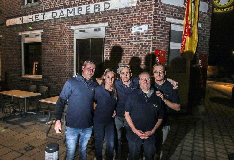 Sarah Jamart met de andere vrienden van Kevin voor café 't Damberd in Zwevegem, waar de spaghetti-avond nu zaterdag plaatsvindt.