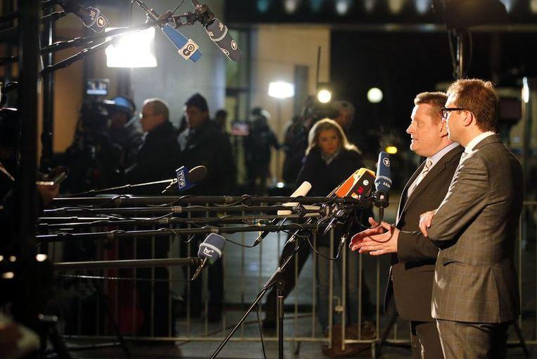 CDU-vertegenwoordigers Alexander Dobrindt (R) en Hermann Groehe staan de pers te woord. Beeld REUTERS