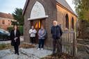 Leden van de Sint-Martinusgilde en schepen Van Keer zijn blij met het resultaat van de restauratie aan de Sint-Martinuskapel.