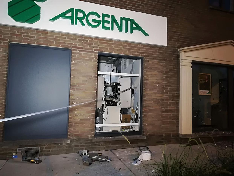 In de nacht van dinsdag op woensdag was een filiaal van Argenta in Sint-Niklaas het doelwit van een plofkraak. Beeld Kristof Pieters