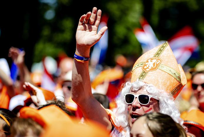 Fans lopen in de Oranjeparade naar het stadion.