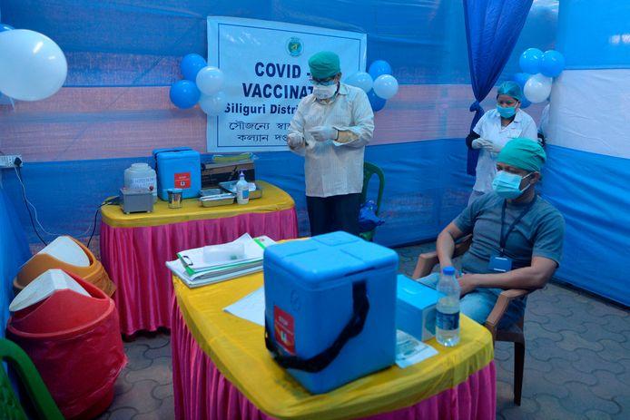 Zorgmedewerkers wachten in een ziekenhuis in Siliguri, in het noordoosten van India, op het teken om met de vaccinaties te beginnen.