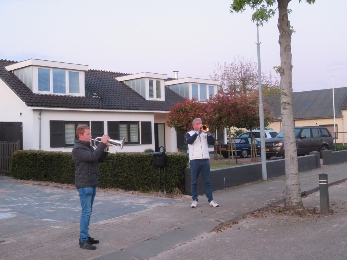 Verspreid over het dorp blazen enkele muzikanten van Fanfare La Harpe de traditionele Reveille in Velddriel.