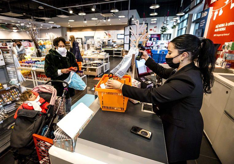 Sinds Hema weer klanten mag verwelkomen, ligt de omzet hoger dan vóór de coronapandemie, aldus het warenhuis. Beeld ANP