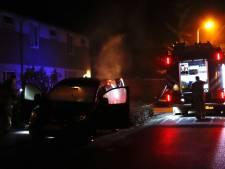 Auto in brand en banden lek gestoken