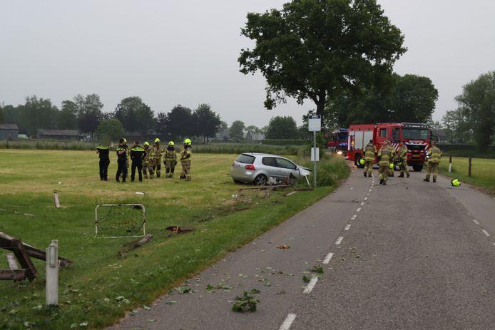 Een automobilist is zondagochtend met zijn wagen uit de bocht gevlogen op de Klomperweg in Lunteren.