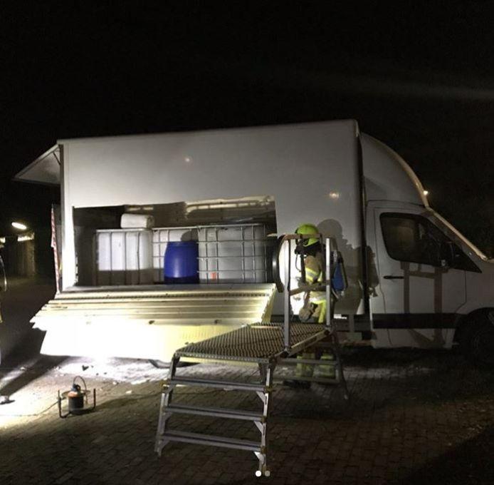 Het voertuig met drugsafval dat werd gevonden op straat in Nijmegen.