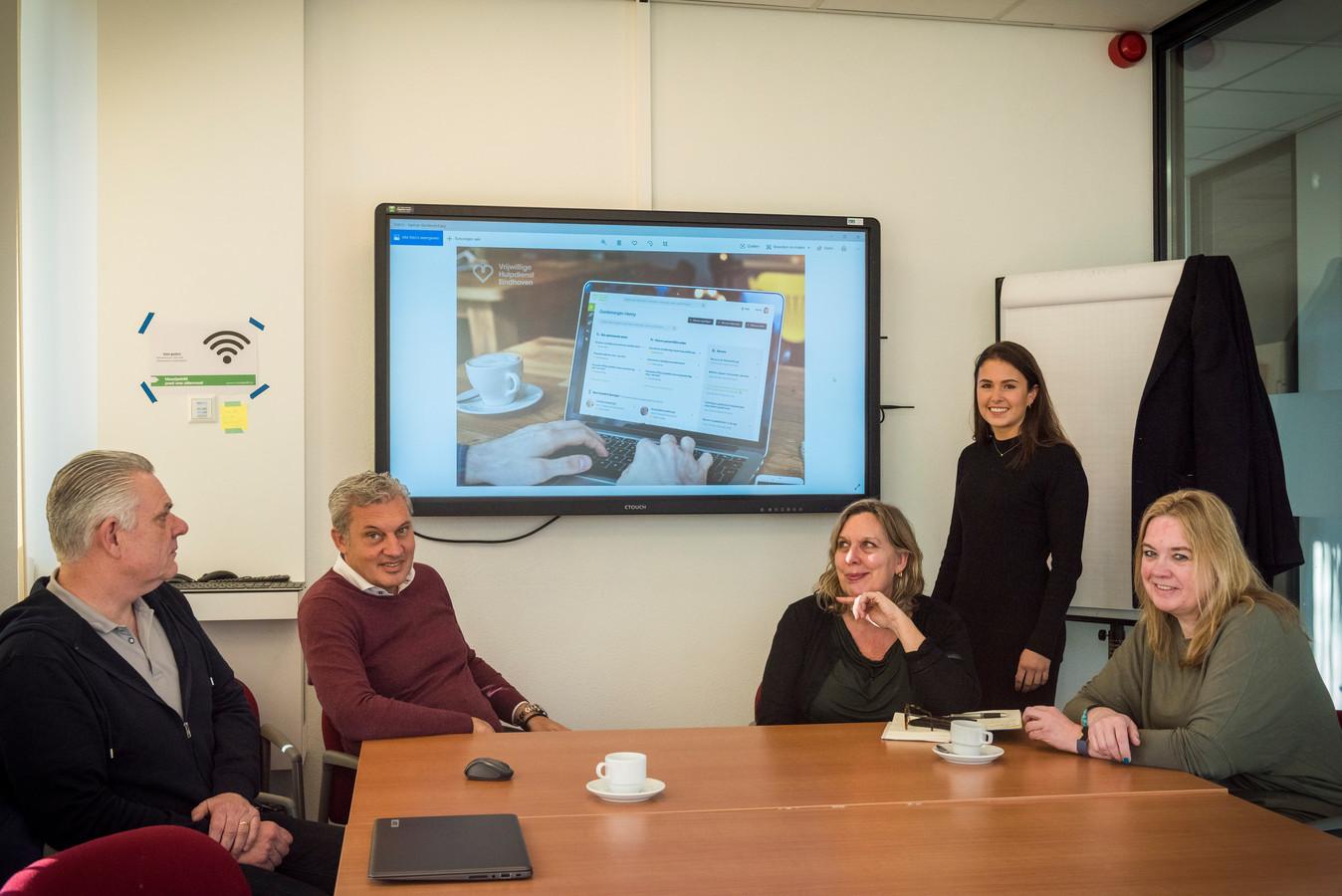 Jan Schenk, ICS-directeur Bart van der Sluijs, directeur Judith van de Belt van de Vrijwillige Hulpdienst Eindhoven, Romy Waterman en Chantal Cliteur van de Werkplaats Financiën (vlnr).
