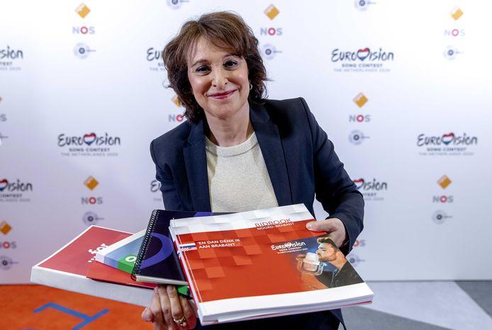 NPO-bestuursvoorzitter Shula Rijxman met alle bidbooks. Rotterdam, Utrecht, Den Bosch, Arnhem en Maastricht/Limburg hebben hun plannen bij de NPO ingediend om het Eurovisie Songfestival 2020 te organiseren.