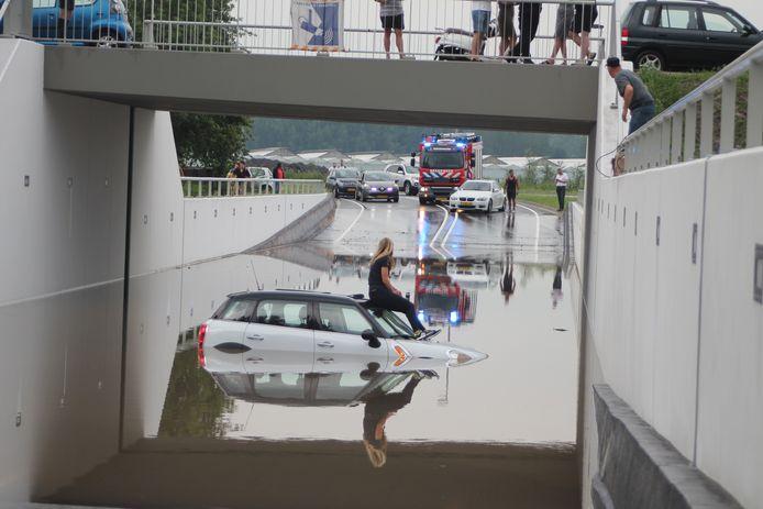 In Ridderkerk is een jonge dame met haar auto gestrand in een ondergelopen tunnel. Ze is in afwachting van hulp op haar dak gekropen. De vrouw is met behulp van een ladder gered.