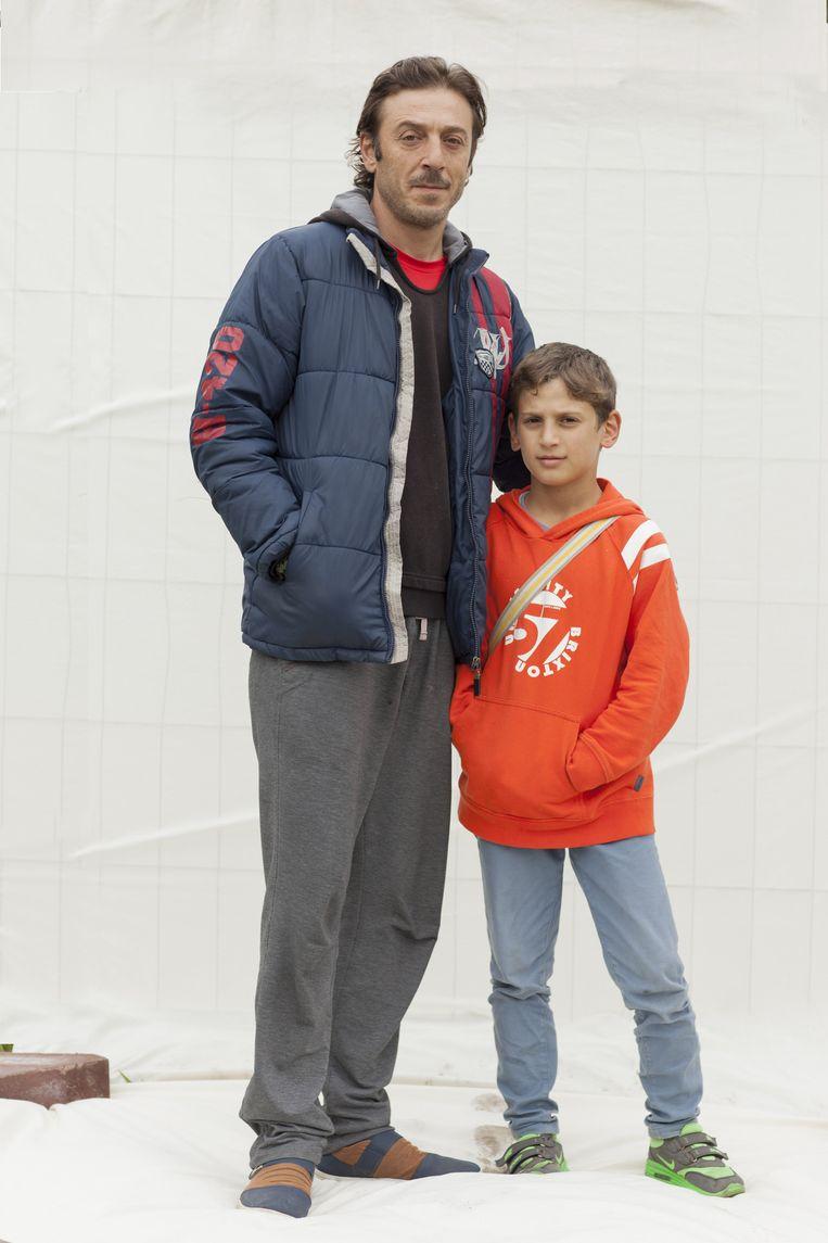 Mohammed Saad en zoon Ali (10) uit Aleppo. Zijn vrouw en twee dochters zijn nog in Aleppo, hij kon de overtocht niet voor het hele gezin betalen. Alleen Ali, de middelste van het gezin, mocht mee naar Nederland. 'Omdat hij een man is.' Beeld Harry Cock/de Volkskrant
