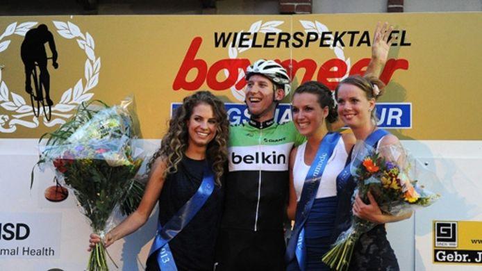 Bauke Mollema straalt op het podium van Daags na de Tour in 2013.