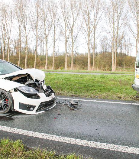 Harde botsing in Zeewolde: forse schade voor personenauto, één persoon naar ziekenhuis