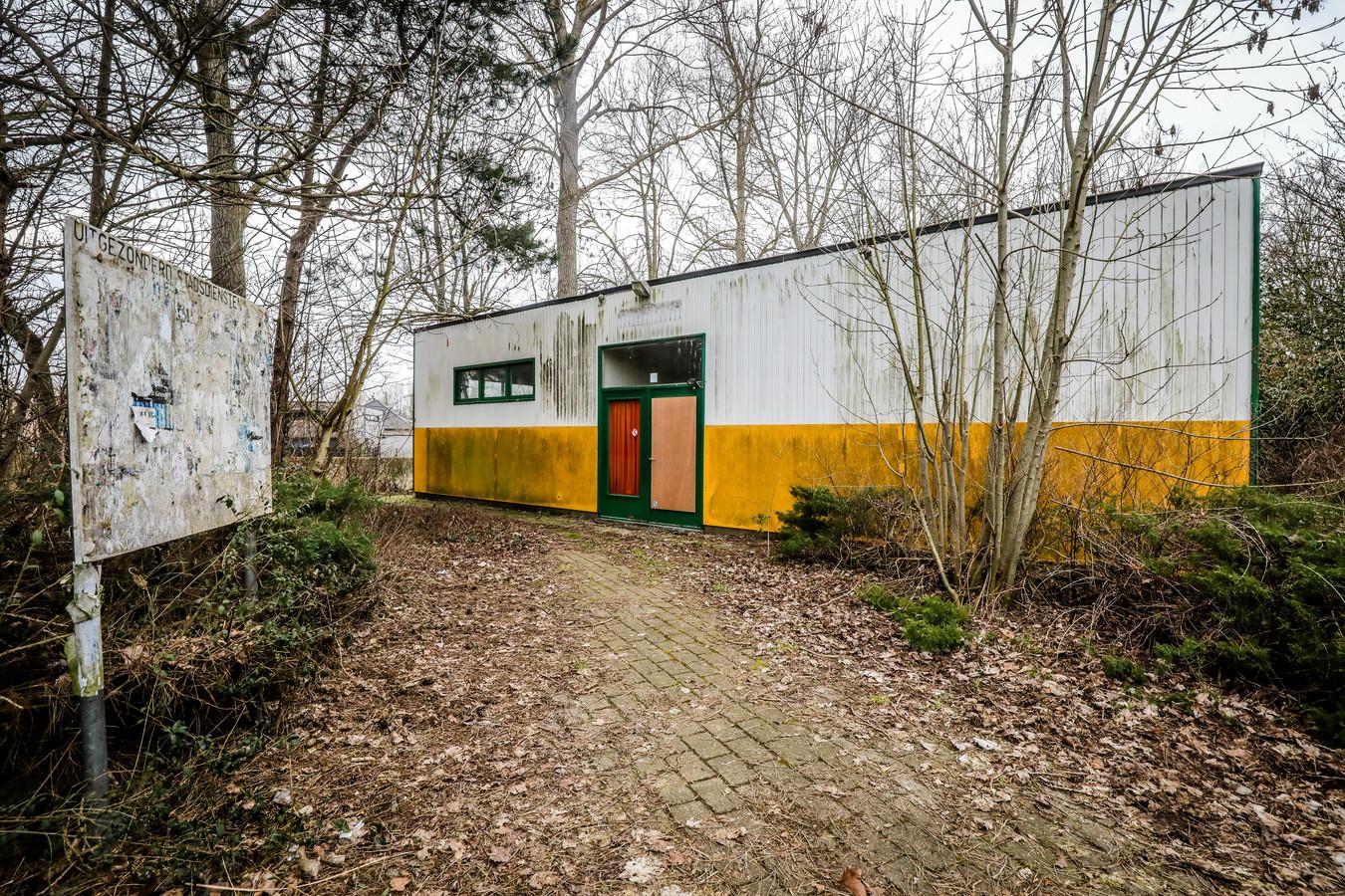 Het paviljoen waar vroeger talloze fuiven doorgingen in Nieuwpoort wordt gesloopt. Daar komen padelvelden.