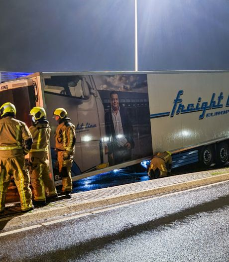 Vrachtwagen verliest oplegger bovenaan helling in Maasdijk