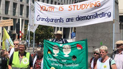 Grootouders zetten protest van klimaatjongeren voort tijdens examens