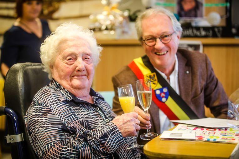 """""""Geef mij maar een fruitsapje"""", Maria Buffel klinkt met burgemeester Jan Bekaert (WIT) op haar 104de verjaardag"""