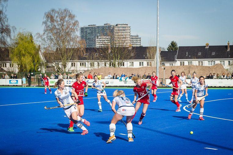 Enkele hockeyspeelsters van Gantoise geven het beste van zichzelf tijdens de eerste match op het nieuwe veld aan de Watersportbaan.