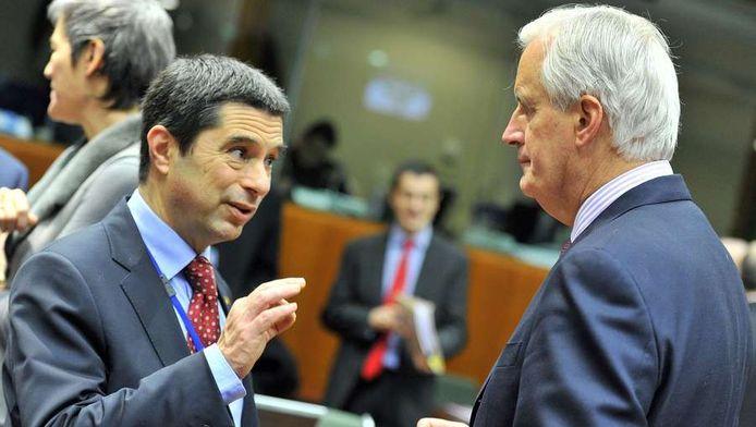 Le ministre portugais des Finances, Vitor Gaspar (ici face au Commissaire Michel Barnier), a indiqué avoir fait cette demande lundi lors de la réunion de l'Eurogroupe à Bruxelles.