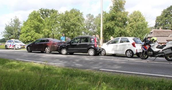 Vijf voertuigen betrokken bij kop-staartbotsing tussen Rijssen en Holten.