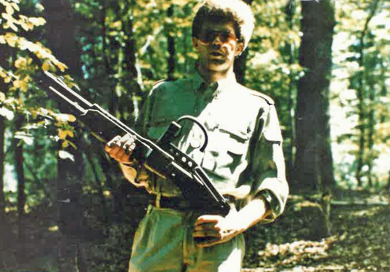De foto draagt als datum 13 maart 1982 en dateert vermoedelijk van een militair trainingskamp zoals organisaties als WNP of het aanverwante Front de la Jeunesse in die tijd organiseerden. Beeld Federale politie