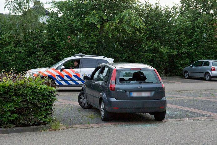 De auto met Belgisch kenteken met ingeslagen ruiten.