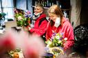 Medewerkers van Ron's Bloemensjop in Papendrecht zijn druk bezig met het samenstellen van boeketten voor Moederdag