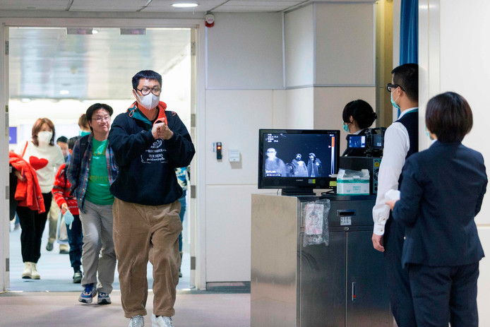 Op het vliegveld in Taiwan worden passagiers uit Wuhan gecontroleerd op verhoging.