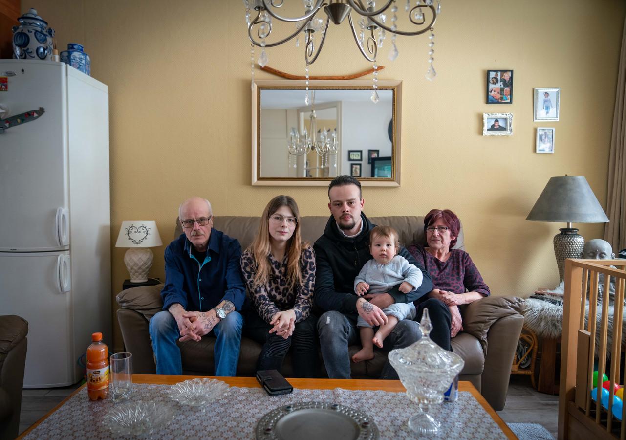 Van links naar rechts: opa Herman, moeder Jessica, vader Herman, zoontje Djayvano (1) en oma Dicky.