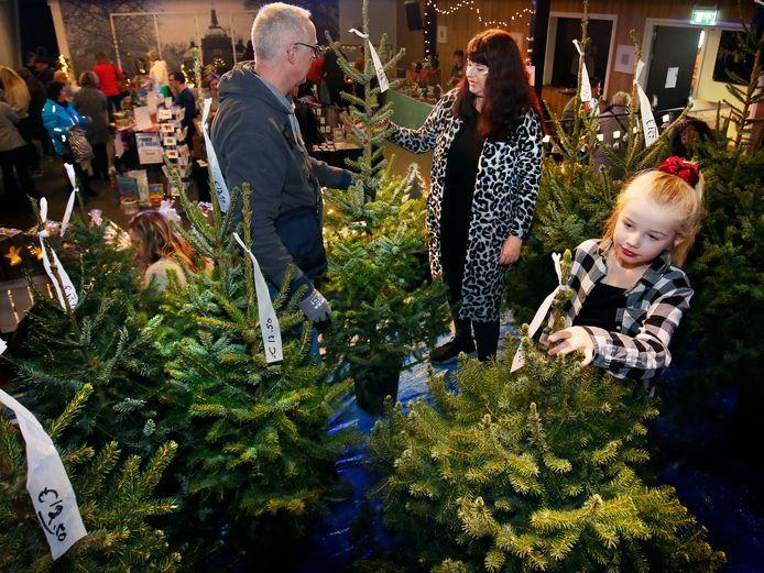Bezoekers van de Heukelumse winterfair zoeken hun perfecte kerstboom uit.