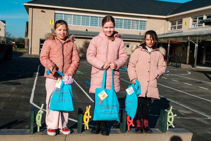 Uitreiking gedichtenwedstrijd op basisschool Klaproos in Zandhoven. Lenthe, Eline en Ainhoa.