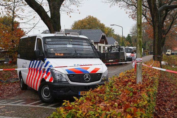 De politie doet een grote inval op het woonwagenkamp in Oss