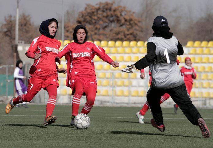 Archiefbeeld uit 2013: Afghaanse voetbalspeelsters spelen een match tijdens een toernooi in Kaboel